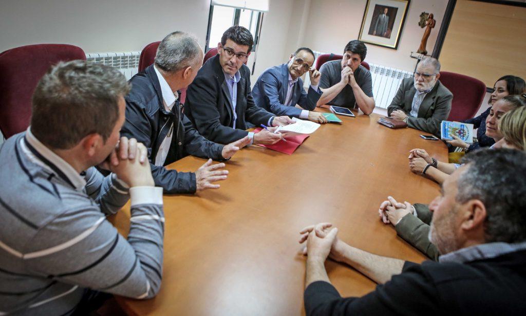 Jorge Rodríguez durante una reunión con alcaldes de la comarca del Rincón de Ademuz, entre ellos, el alcalde de Ademuz.