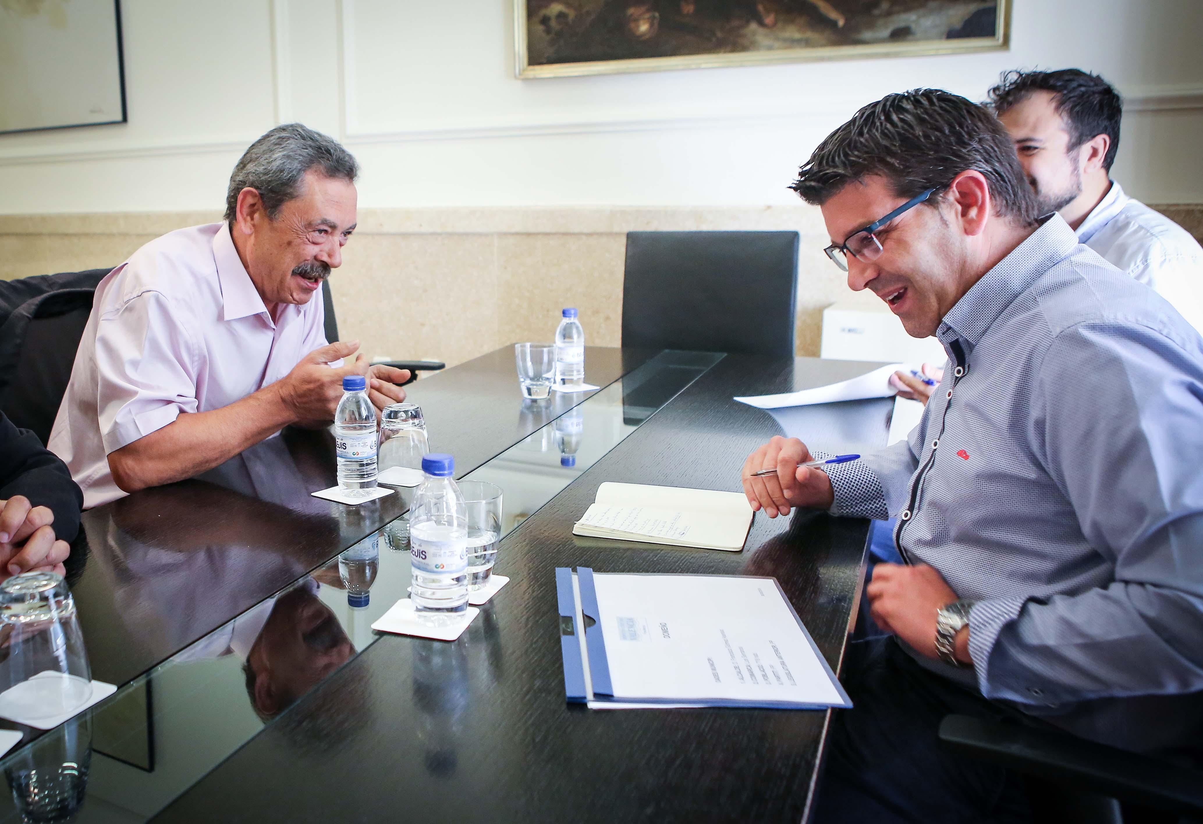 El presidente de la Diputació de València con el alcalde de Domeño.