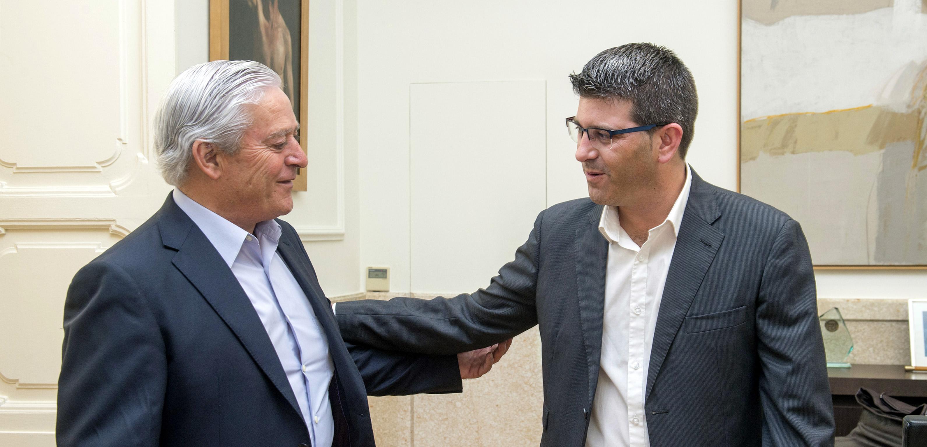 Jorge Rodríguez con el alcalde de Villagordo del Cabriel.