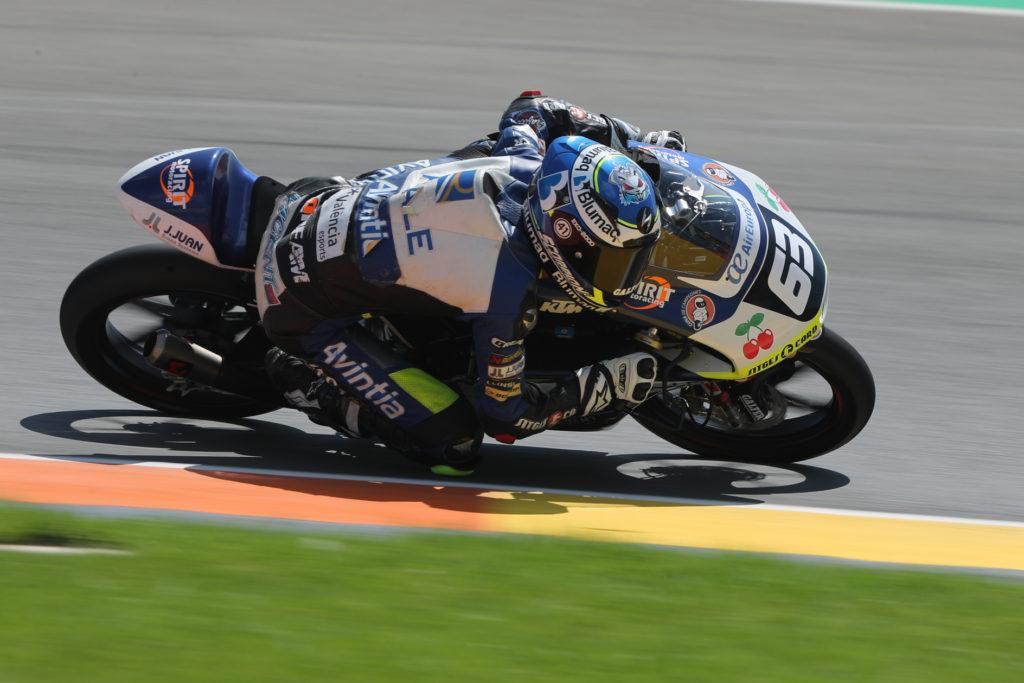 El piloto de Moto 3, Vicente Pérez, rodando por el Circuito de Cheste.