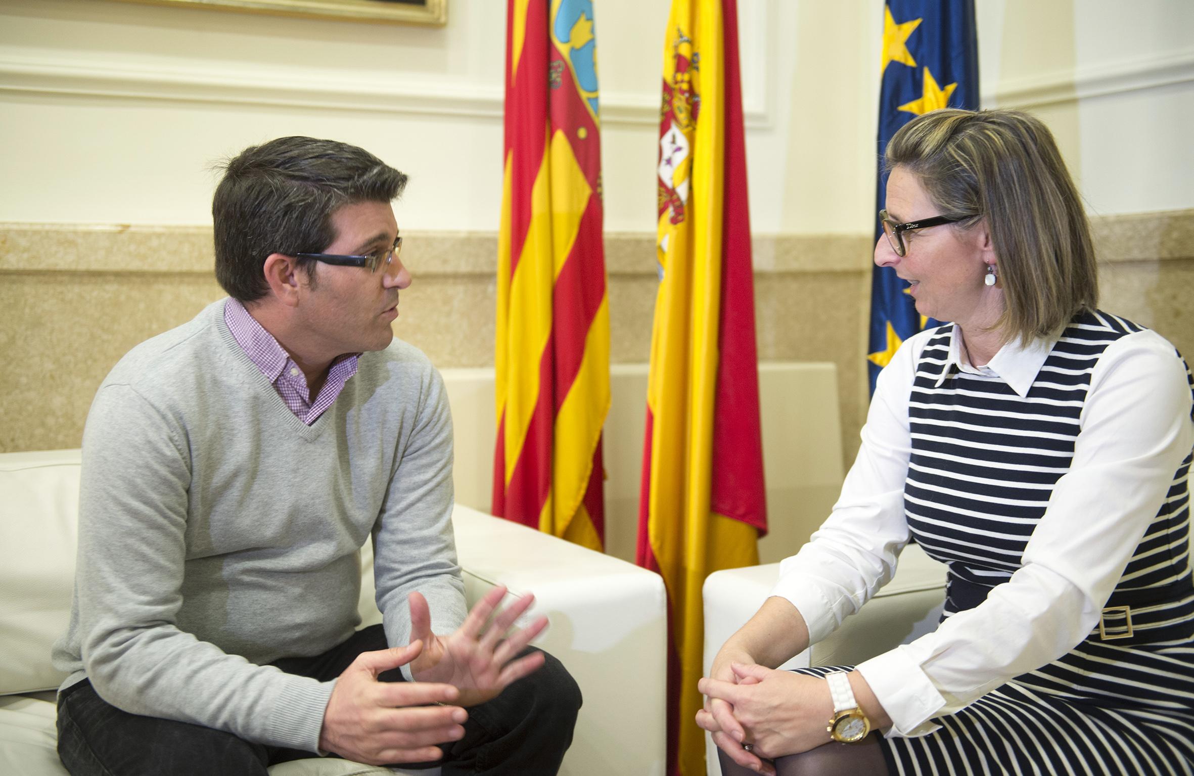 El presidente de la Diputació de València con la alcaldesa de Navarrés.