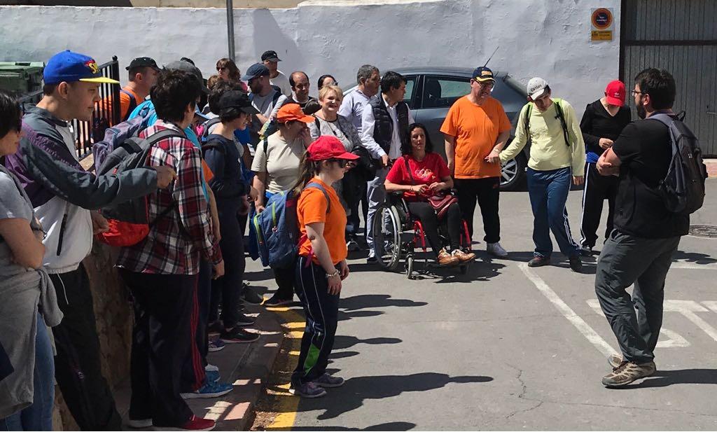La Diputació apoya el turismo de inclusión en una ruta senderista en Olocau.