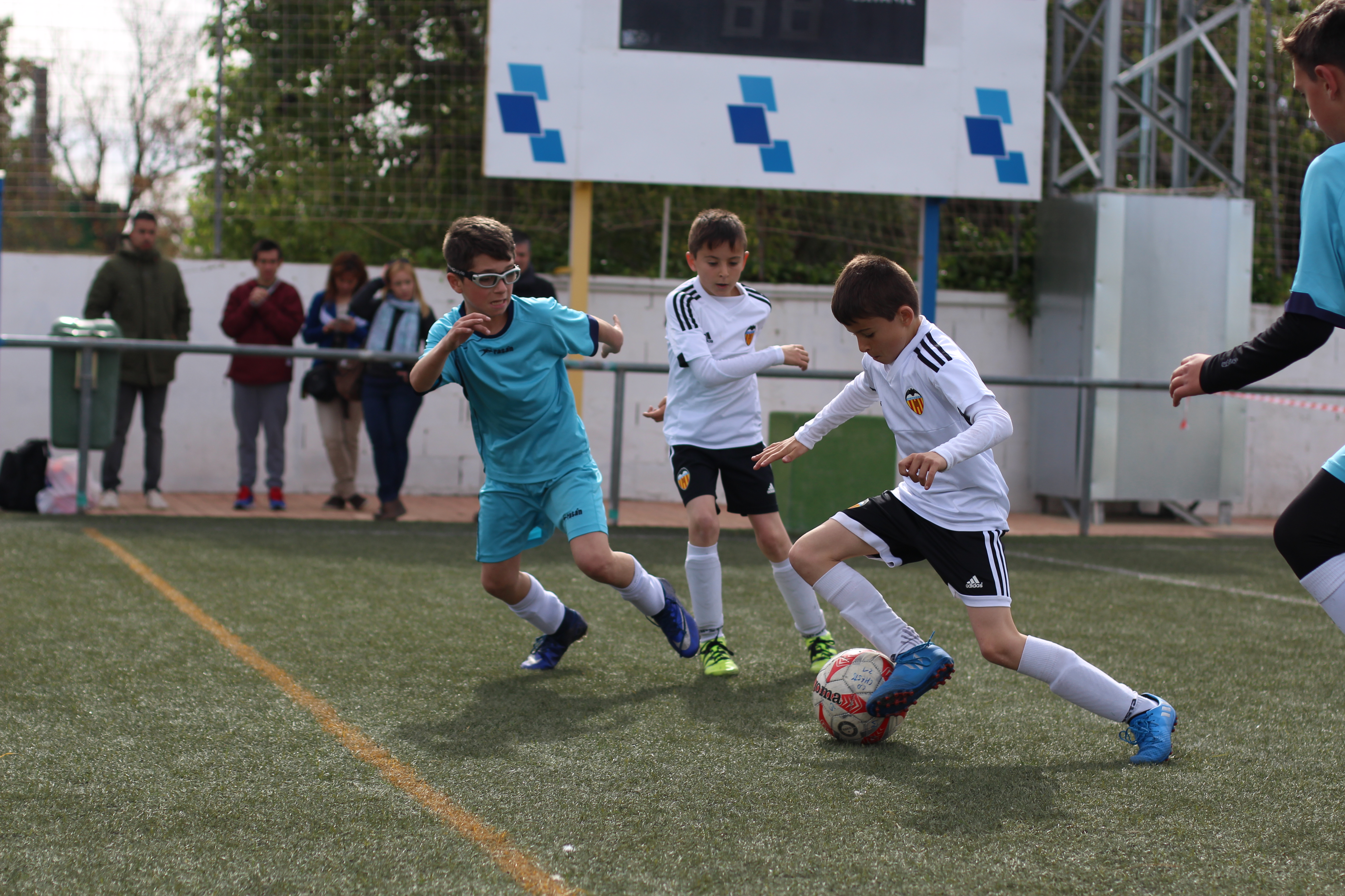 El campeonato se jugó en la modalidad de 3 x 3, en equipos mixtos formados por niñas y niños.