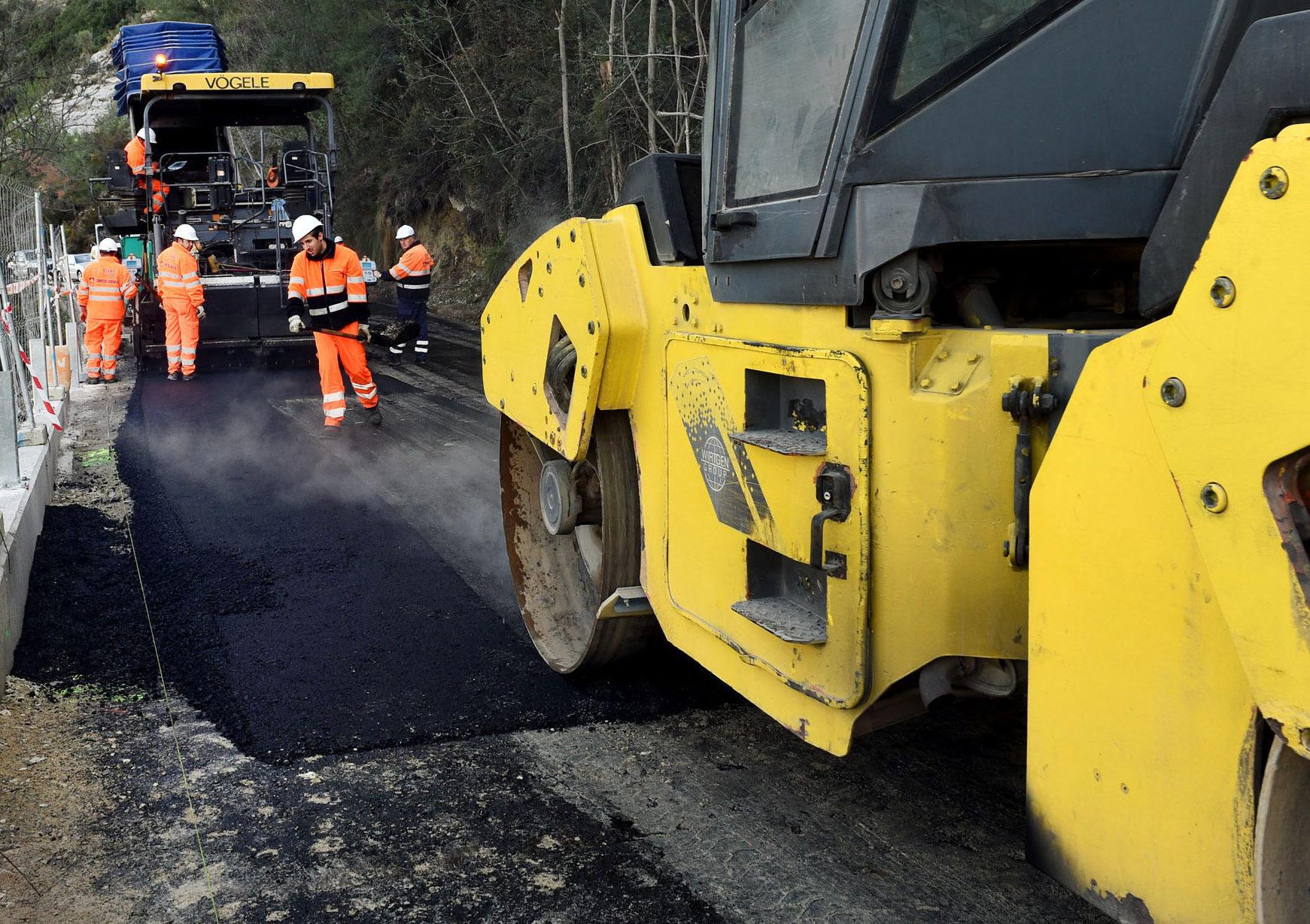Maquinaria realizando trabajos de asfaltado.