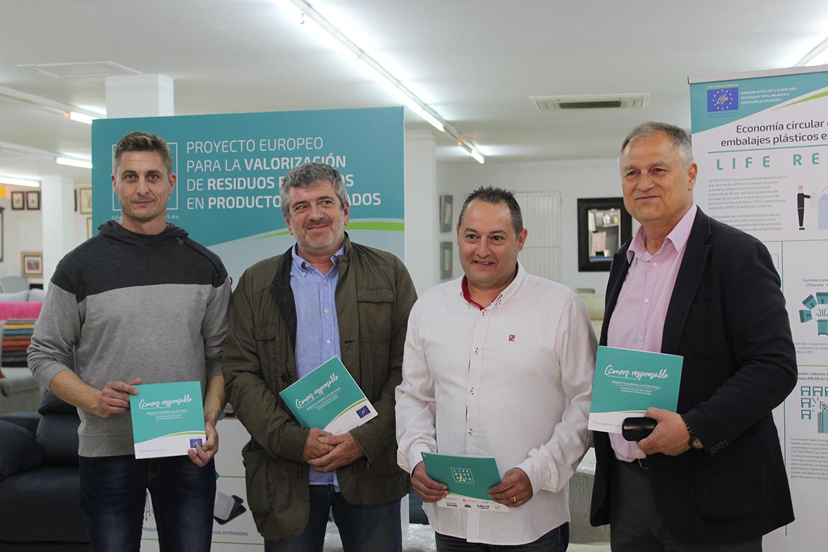 El diputado de Medio ambiente, Josep Bort, junto al alcalde, Manuel Civera, y técnicos de la campaña.