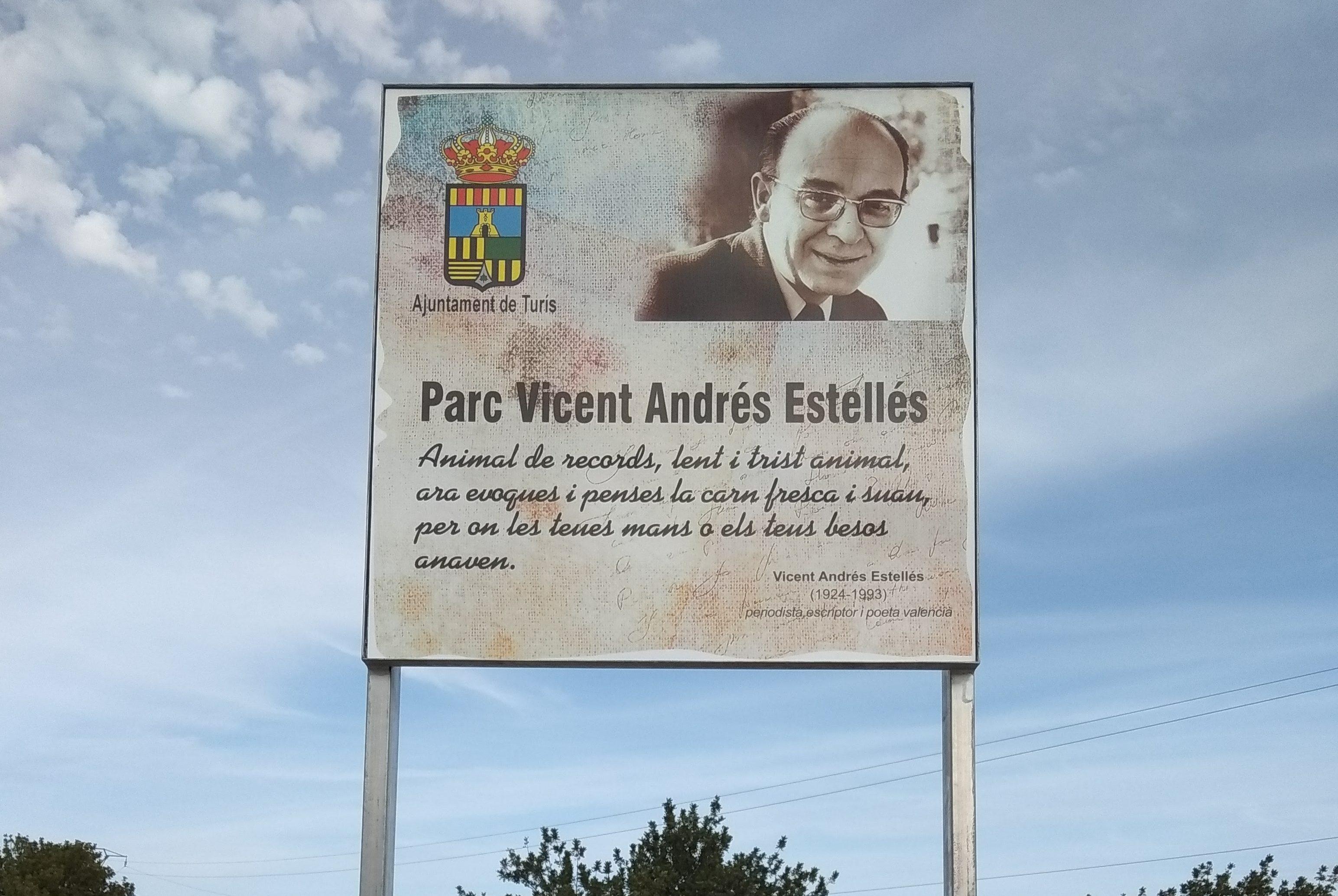 El parc situat en el carrer Juan Ramón Soler es dedica a la figura literària del poeta Vicent Andrés Estellés.