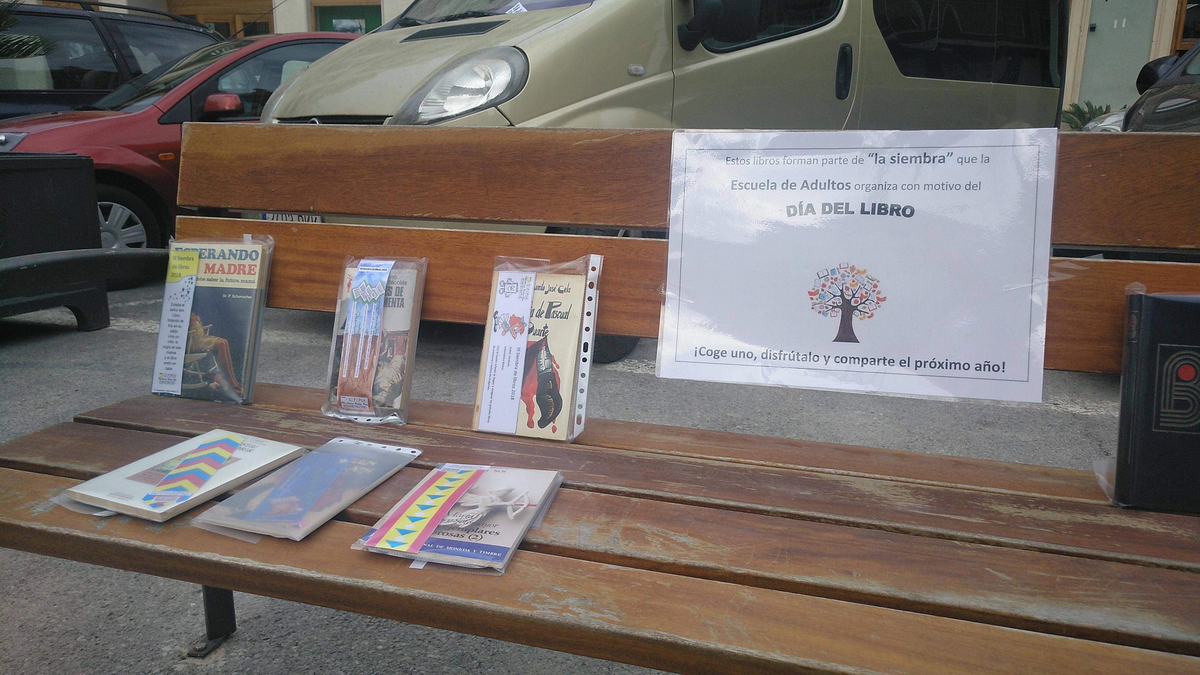 Los libros se han repartido entre marquesinas de paradas de autobús, en la estación de Renfe, en las plazas Doctor Cajal y Constitución, entre otros lugares.