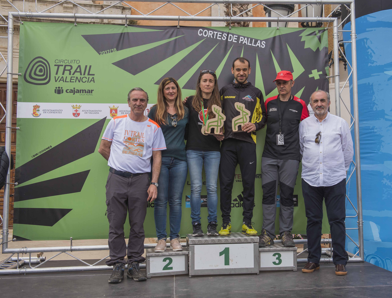 Los ganadores del Trail, Javier García y Nieves Carrascosa, junto al alcalde, Fernando Navarro, el concejal de Deportes, Vicente Cuevas, y la edil de Turismo, Rosa Robledo.