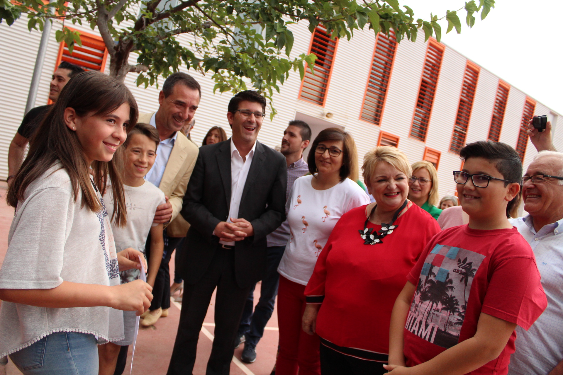 El president, Jorge Rodríguez, visita les instal·lacions del centre acompanyat per l'alcalde, Robert Raga.