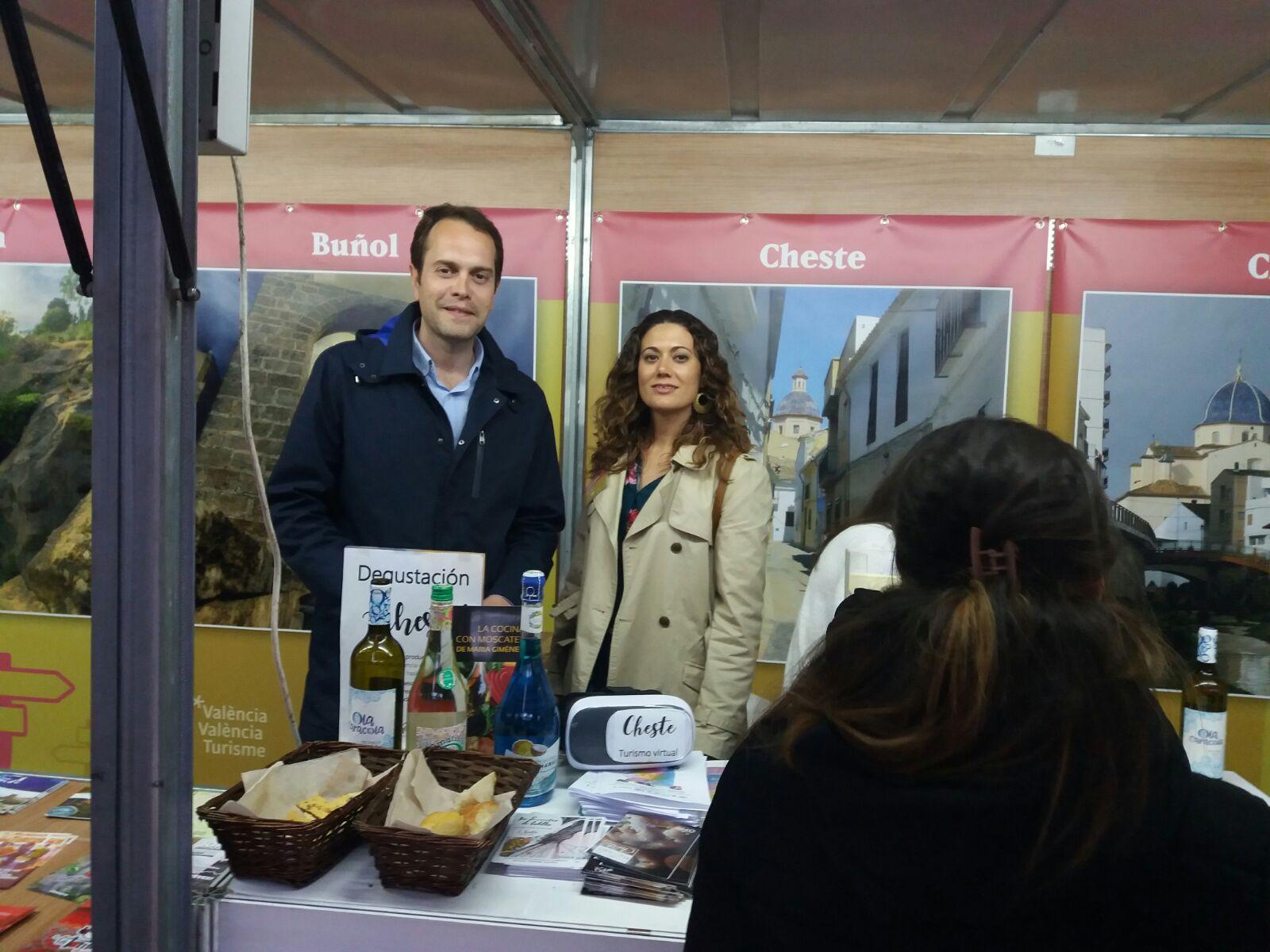El alcalde de Cheste, José Morell, junto a la concejala de Turismo, Ainoha Albiach.