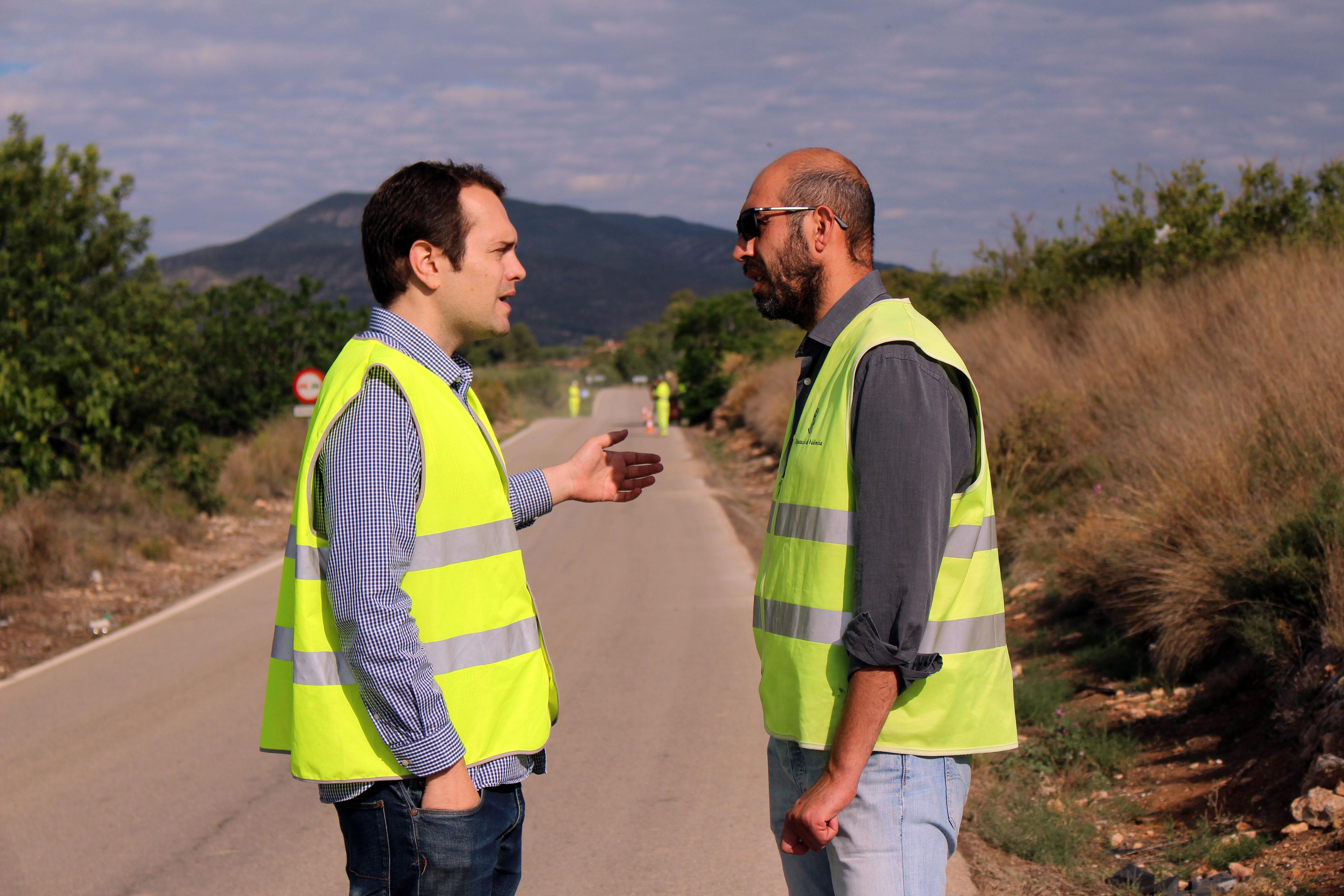 El alcalde de Cheste, José Morell, junto al diputado de Carreteras, Pablo Seguí.