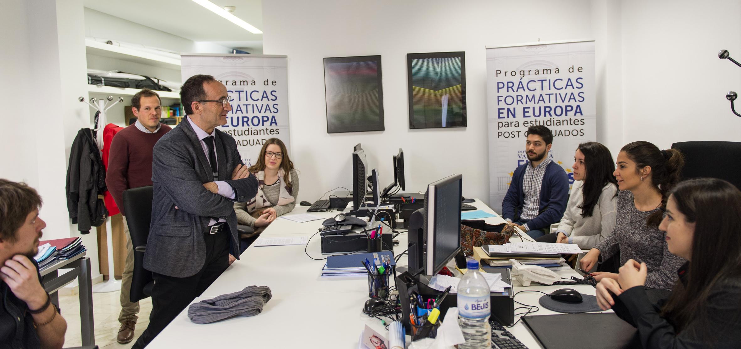 En la primera parte del programa de 2018, un total de 17 jóvenes posgraduados podrán optar a cinco meses de formación en empresas e instituciones de toda Europa.