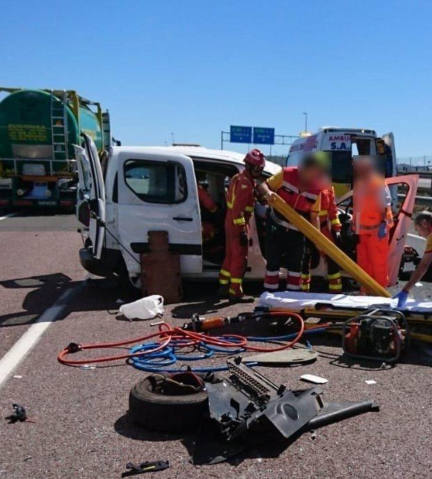 Los bomberos durante las tareas de excarcelamiento en el accidente de Riba-roja.