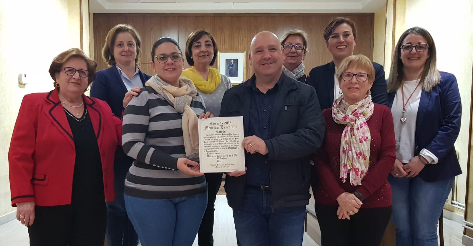 L'Alcalde, Eugenio Fortaña, i la regidora de Benestar Social, Núria Montero amb les integrantes de la associació.