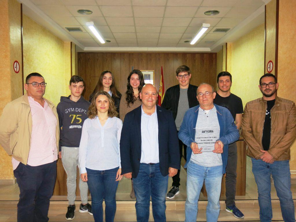 El alcalde de Turís, Eugenio Fortaña, y la Concejal de Cultura y Educación, Isabel Guaita, recibieron al grupo de estudiantes y profesorado que ha viajado al campo de concentración.