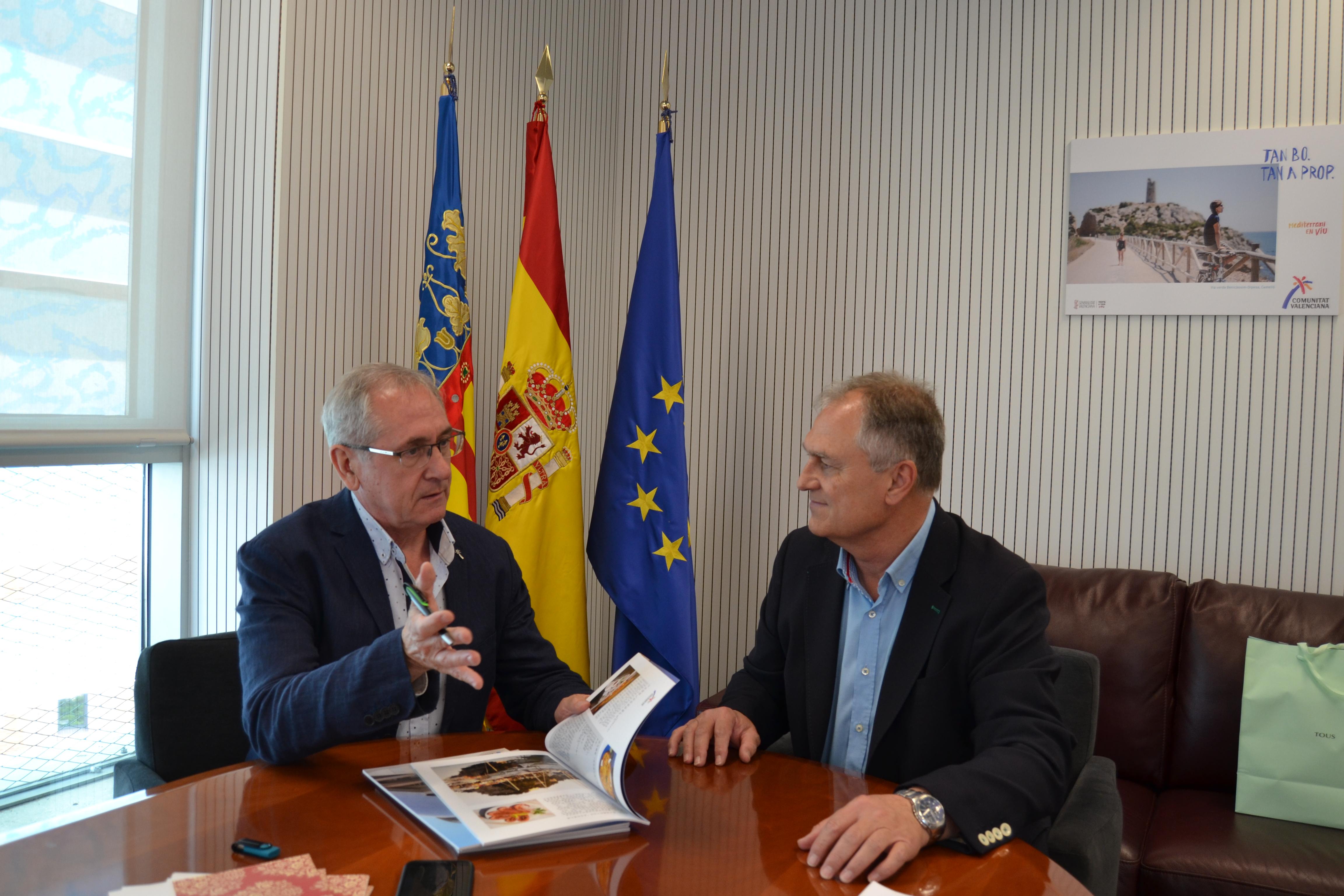 El diretor de Estrategia Territorial Turística de la AVT, Josep Gisbert, y el alcalde de Lliria, Manuel Civera.