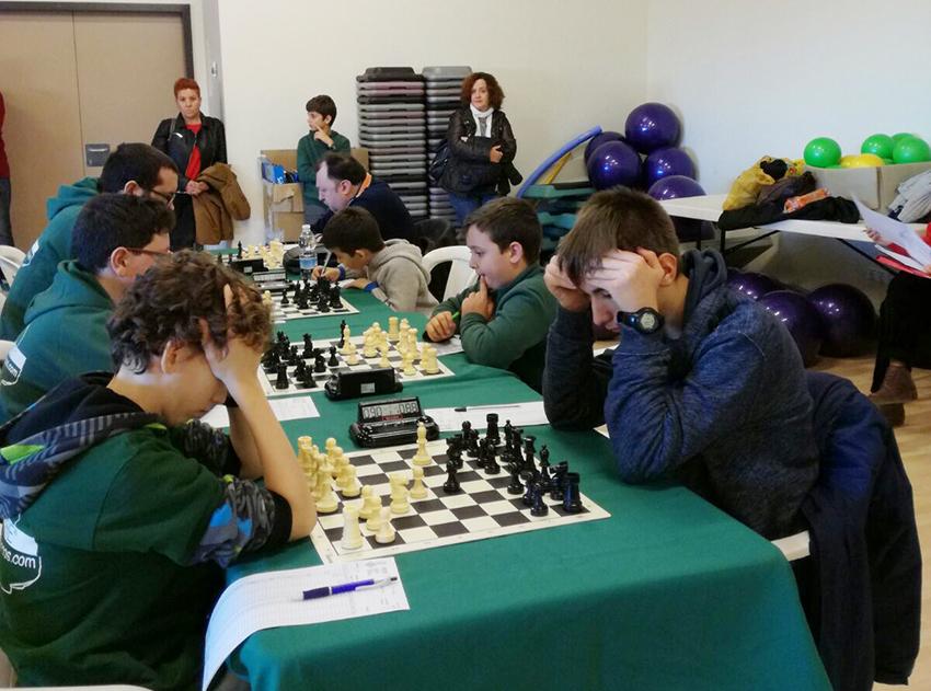 Jóvenes integrantes del El club de ajedrez «El peón envenenado» de Alborache.