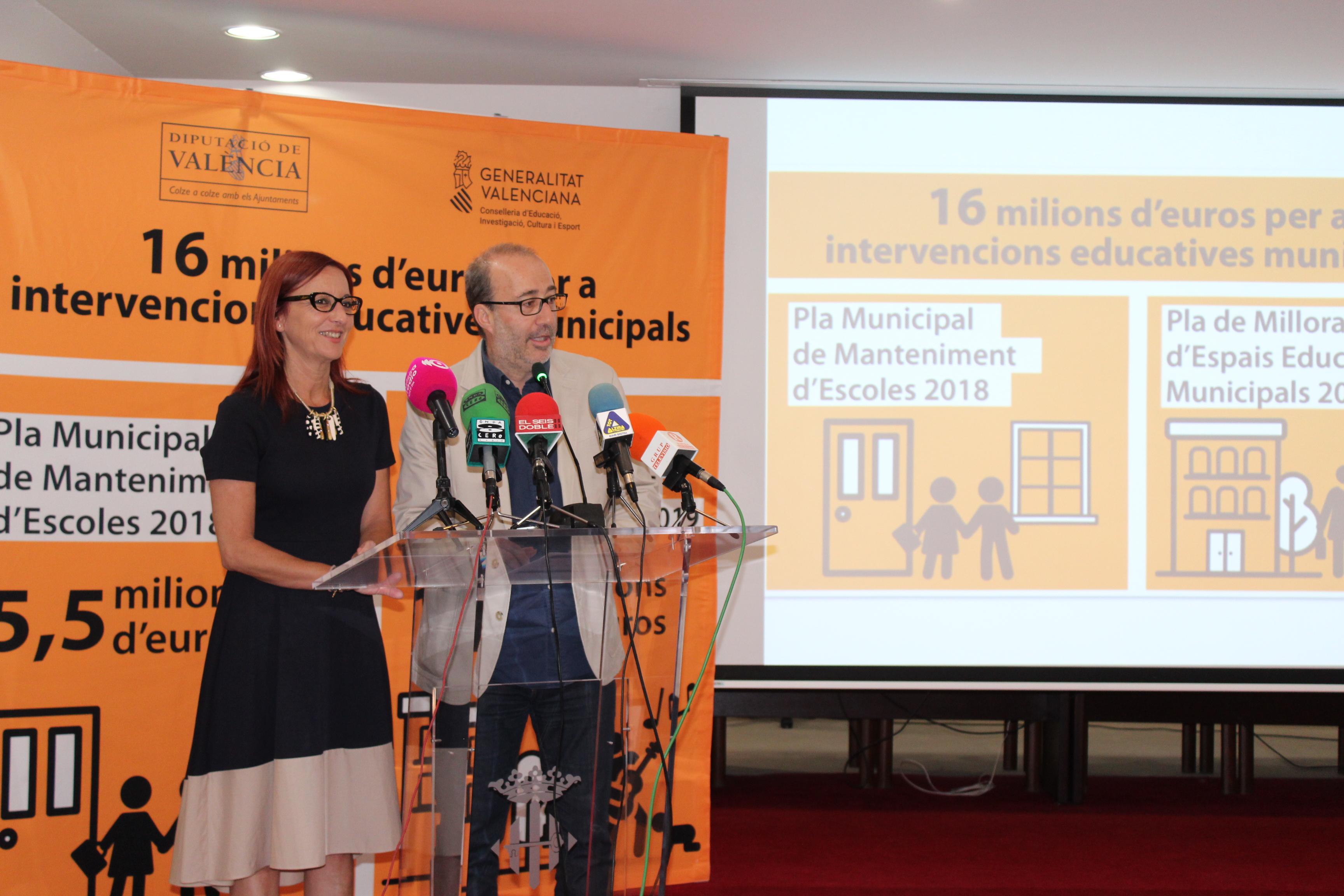 La vicepresidenta de la Diputació, Maria Josep Amigó, acompanyada per l'alcalde d'Alzira, Diego Gómez.