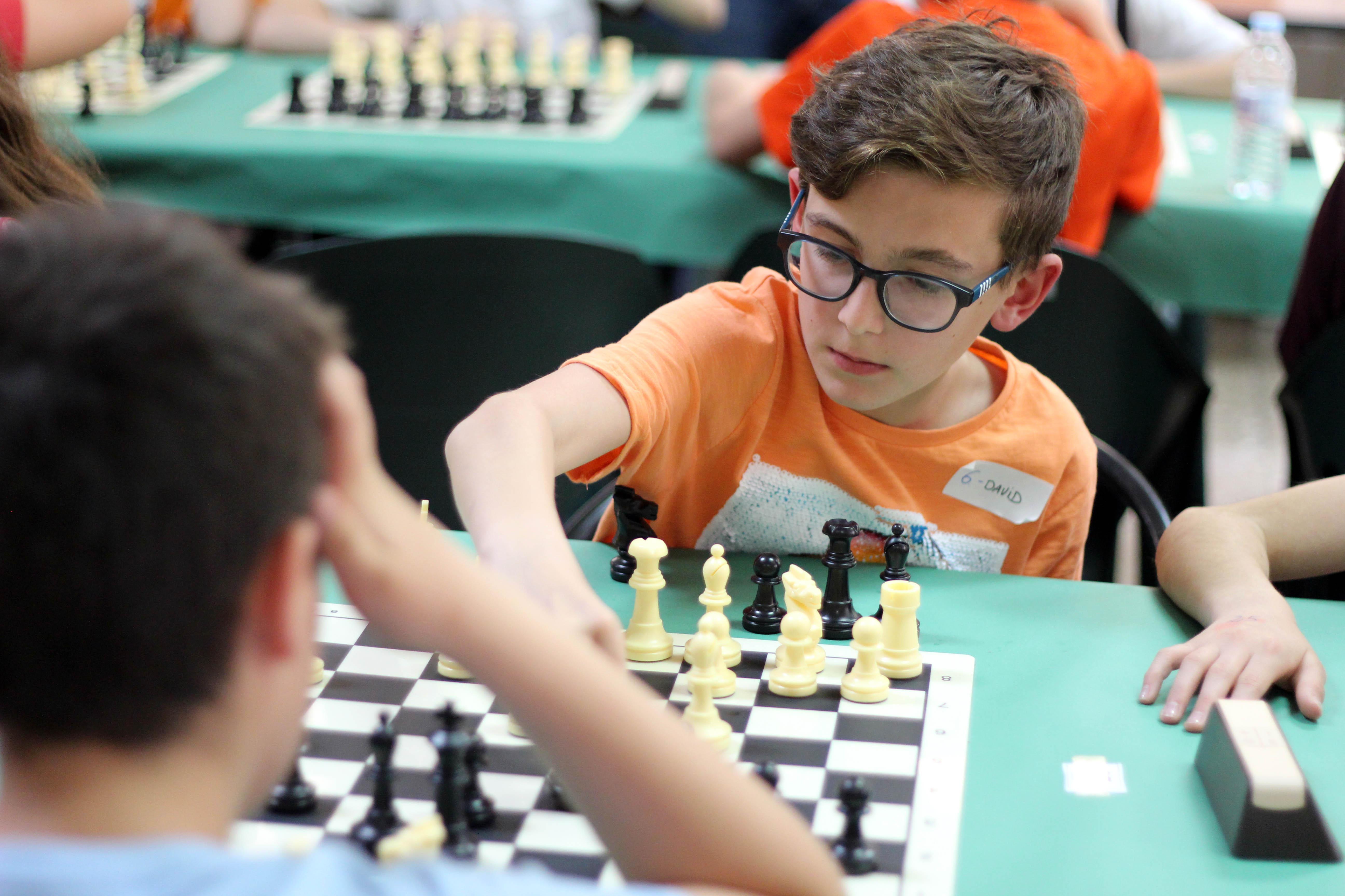 El torneo de ajedrez de Cheste reúne a más de 80 participantes en su sexta edición.