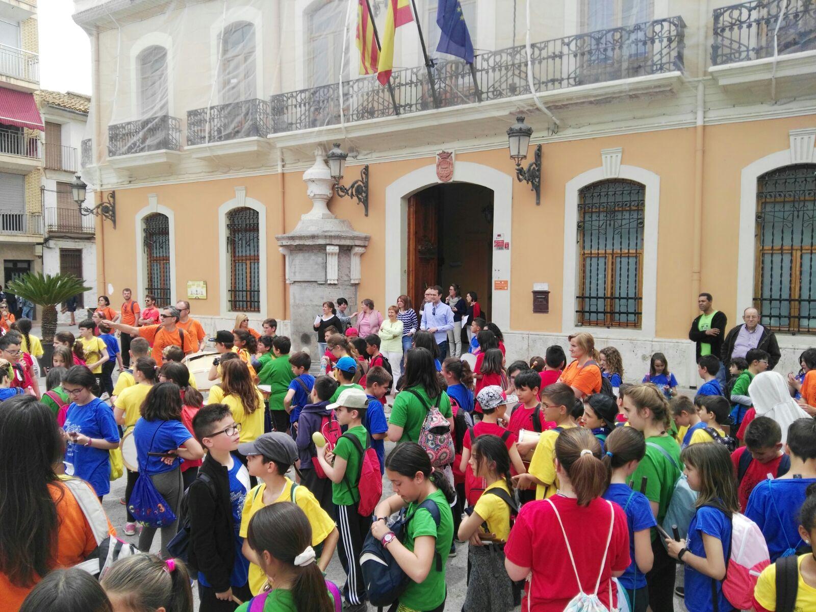Niñas y niños participantes en la Trobada fueron recibidos por las autoridades locales.