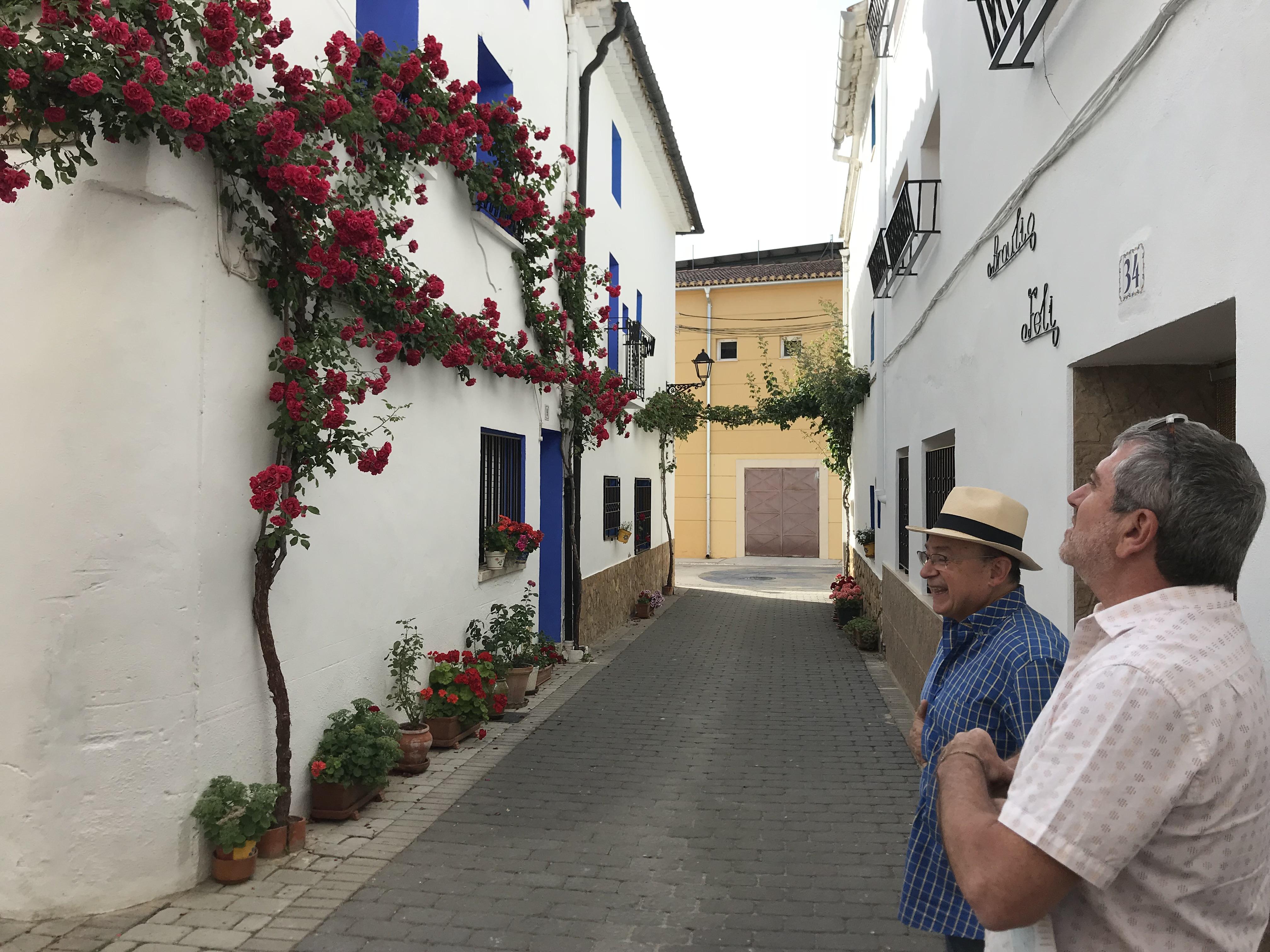 El diputado Josep Bort con el alcalde Rafael Giménez en una de las calles engalanados.