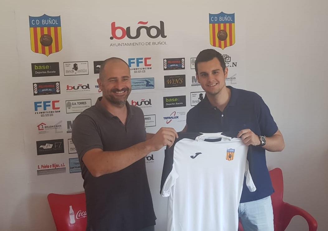 El presidente del CD Buñol con el nuevo fichaje: Mario Cubells.