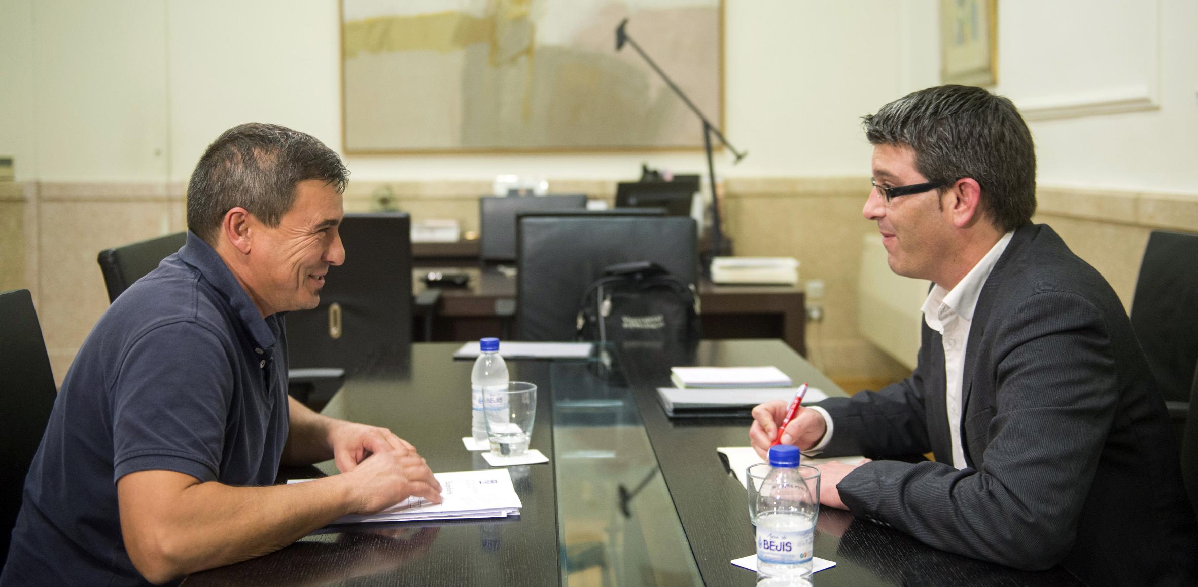 Jorge Rodríguez con el anterior alcalde de Chelva, Roberto Rubio.