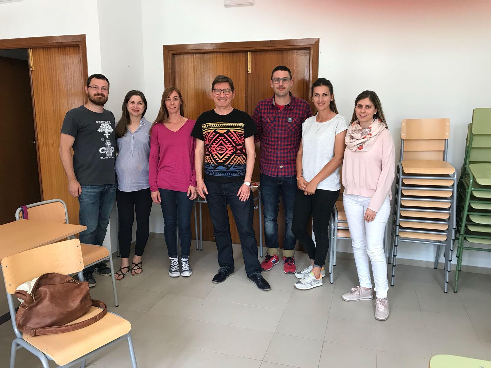 Participantes en la iniciativa desarrollada en Cheste con el profesor.