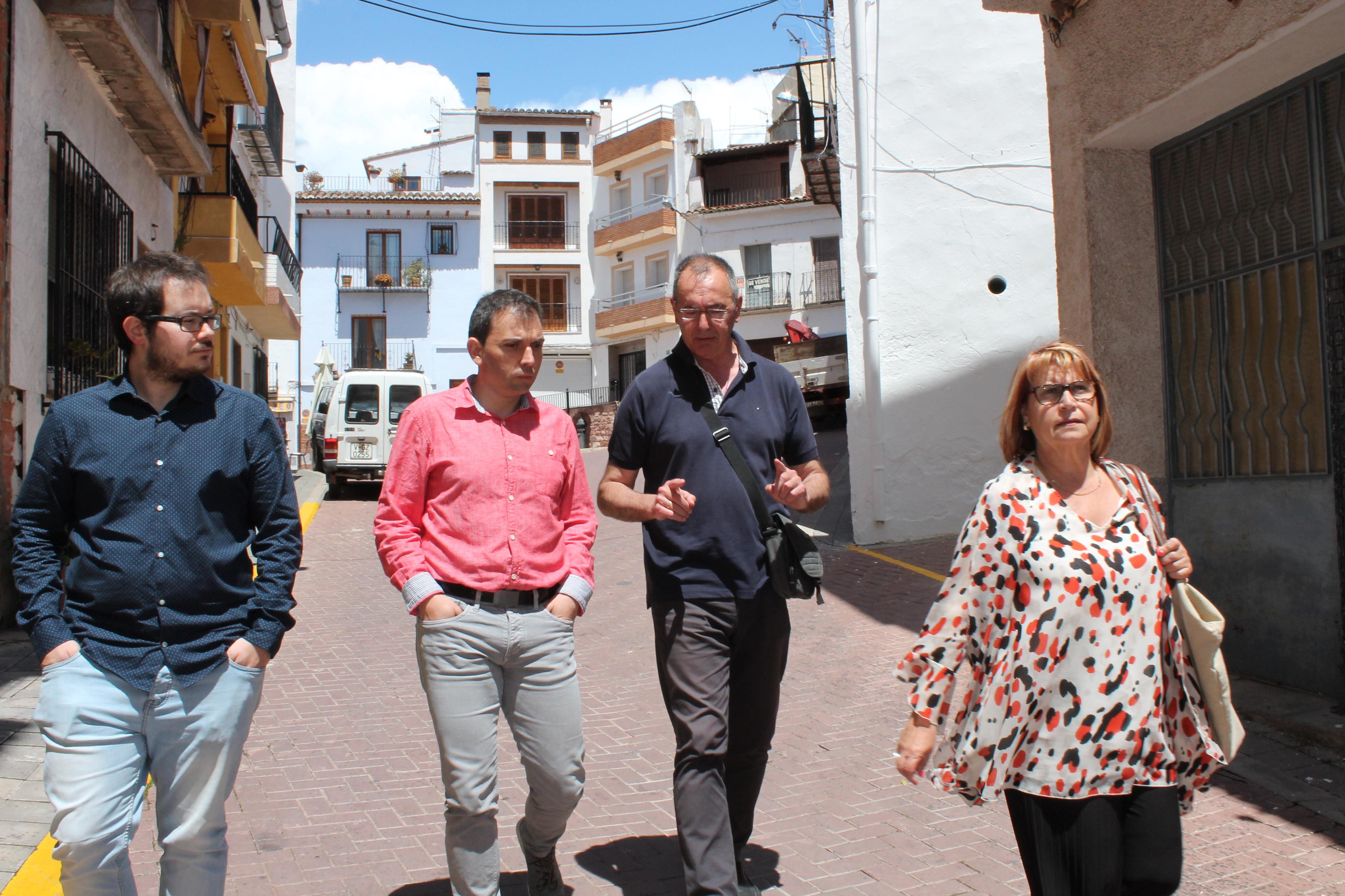Conxa Garcia visita Gátova junto a su alcalde Manolo Martínez.