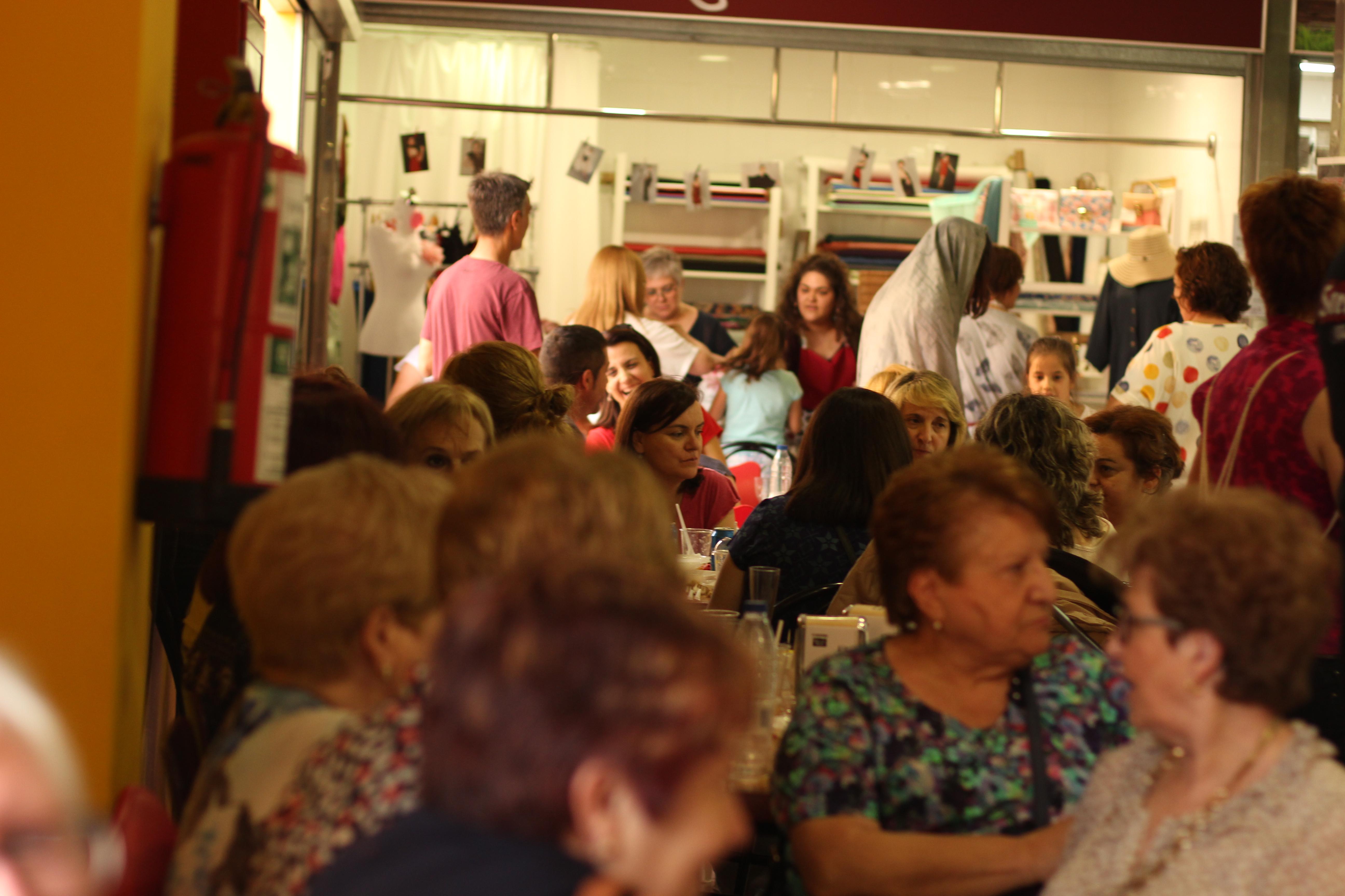 """El mercado municipal se llena a rebosar con la iniciativa del """"tardeo""""."""