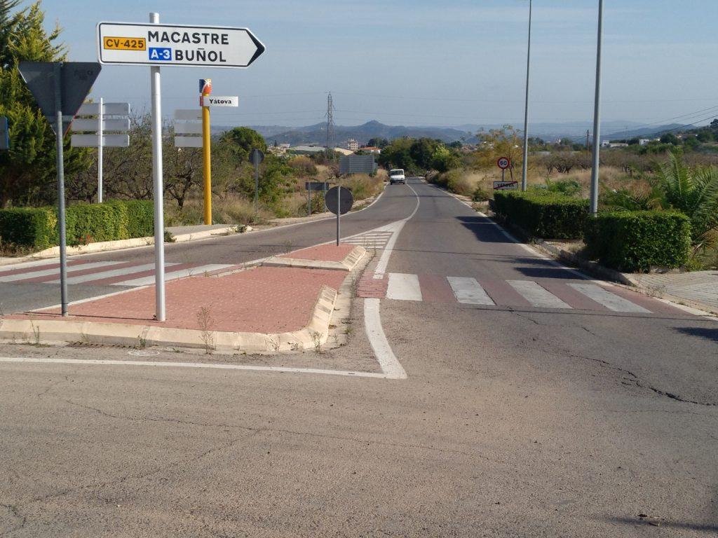 Una imagen de la carretera entre Yatova a Macastre.