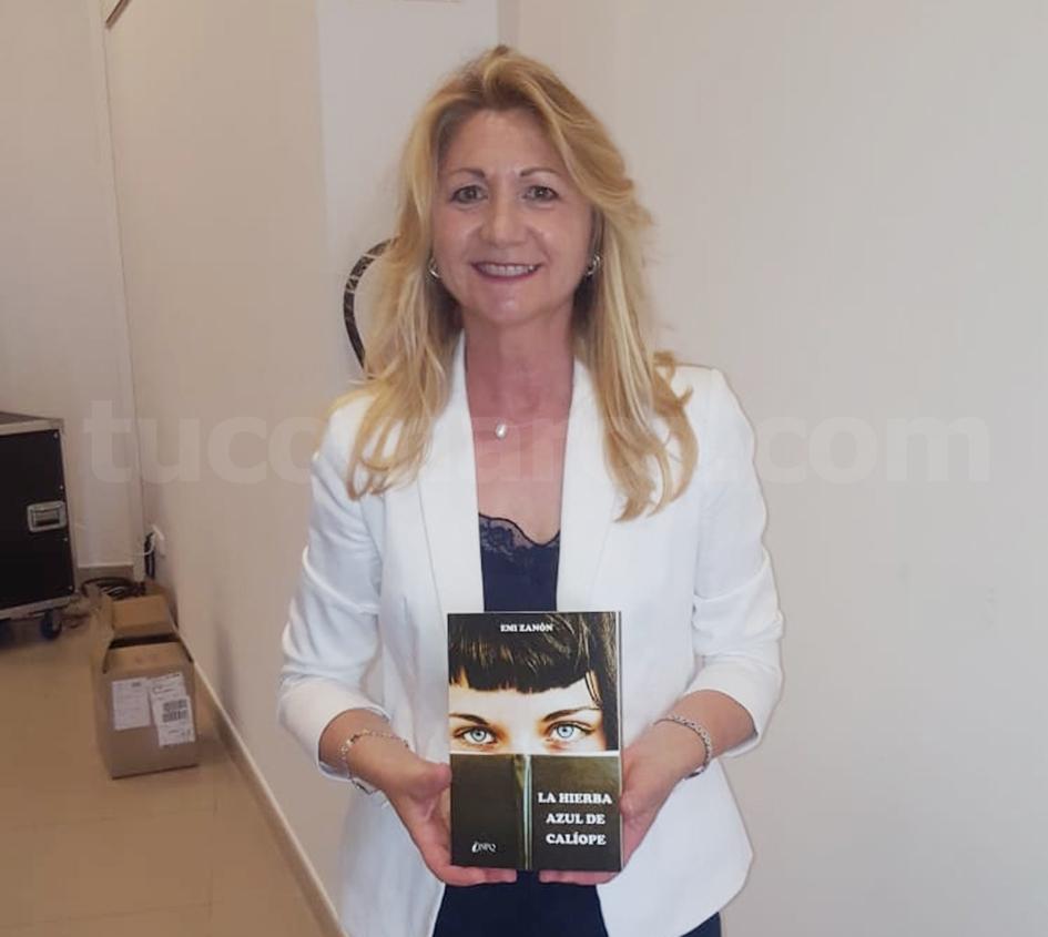 La escritora buñolense Emi Zanón con su libro. Foto: E. Cuesta.