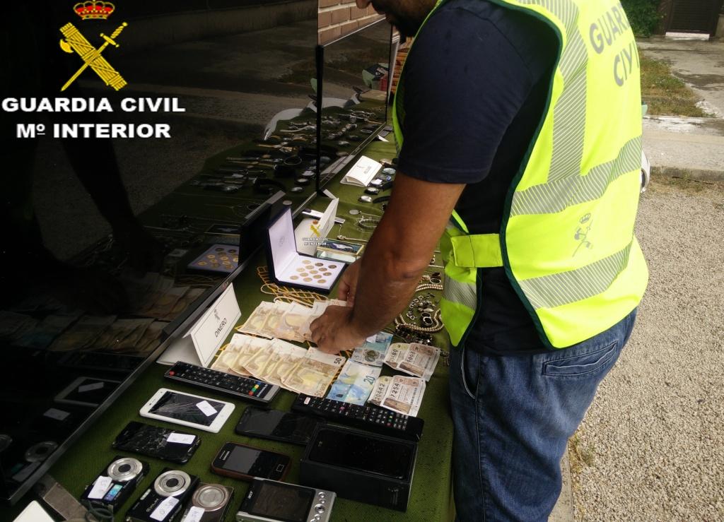 En los 3 registros practicados en las localidades de Chiva y Godelleta los agentes incautaron efectos por valor de 70.000 euros, destacando multitud de aparatos electrónicos y sustancias estupefacientes.