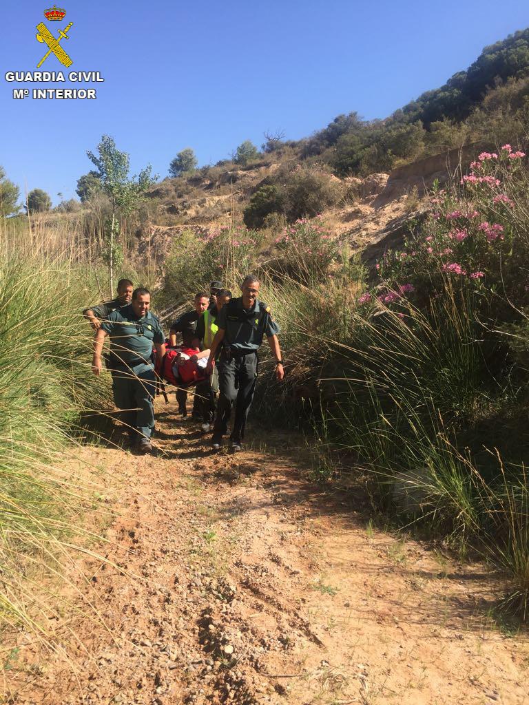 La Guàrdia Civil del Lliría, Servici Aeri d'helicòpters de Guàrdia Civil i Servici Cinológico de Guàrdia Civil van procedir a l'auxili d'un baró de 85 anys, que es trobava en una zona abrupta d'un barranc del Villar