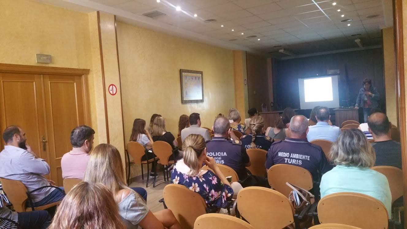L'ajuntament de Turís ha fet dues accions per a elaborar el pla intern de la pròpia entitat. Es tracta de dos tallers de sensibilització per al personal de l'ajuntament