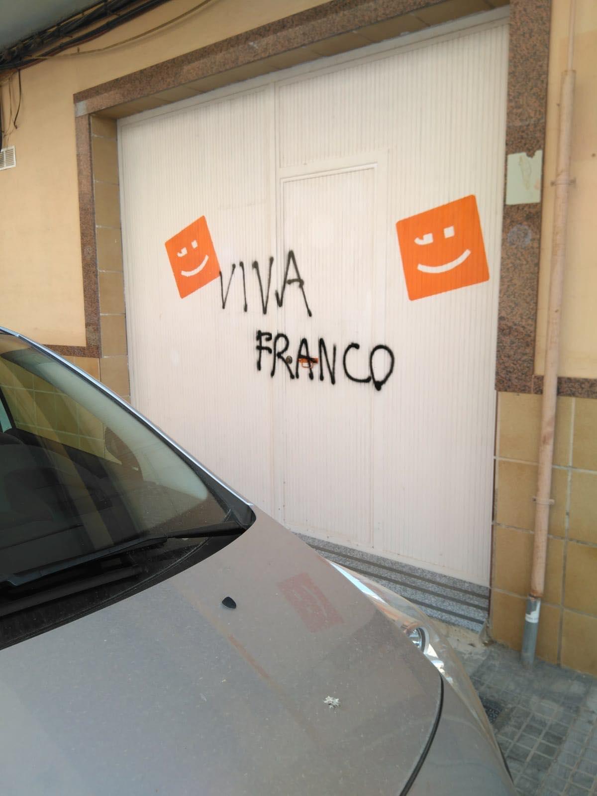 """La seu de Compromís per la Pobla de Vallbona va vore la llum amb una pintada feixista amb la proclama """"viva Franco""""."""