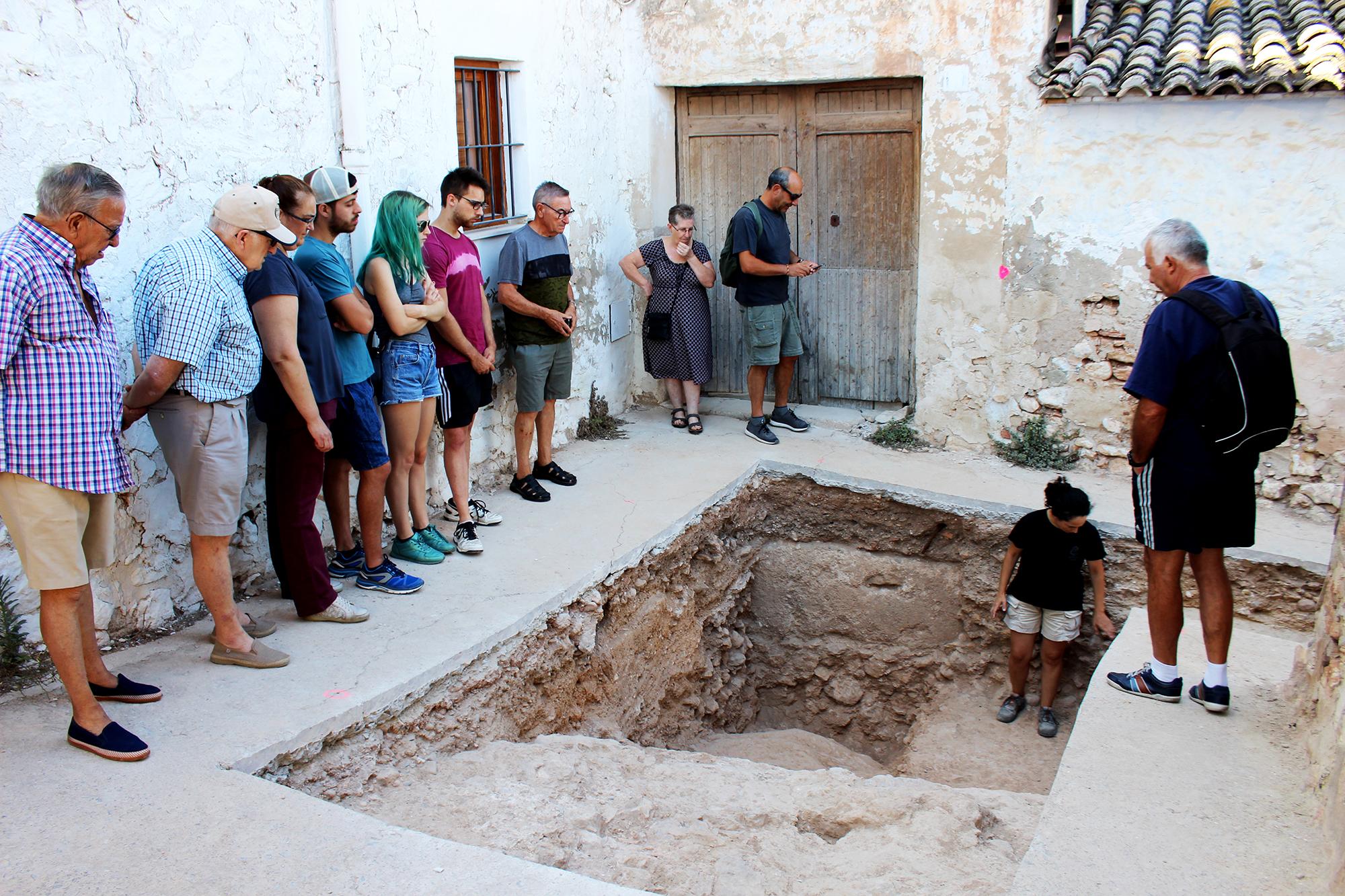 Divendres passat i hui, dilluns, més de 70 veïns i veïnes del municipi han visitat les prospeccions arqueològiques que estan fent-se a la plaça del Castell.