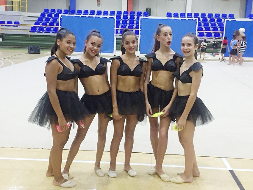 Jóvens gimnastes durant l'exhibició.