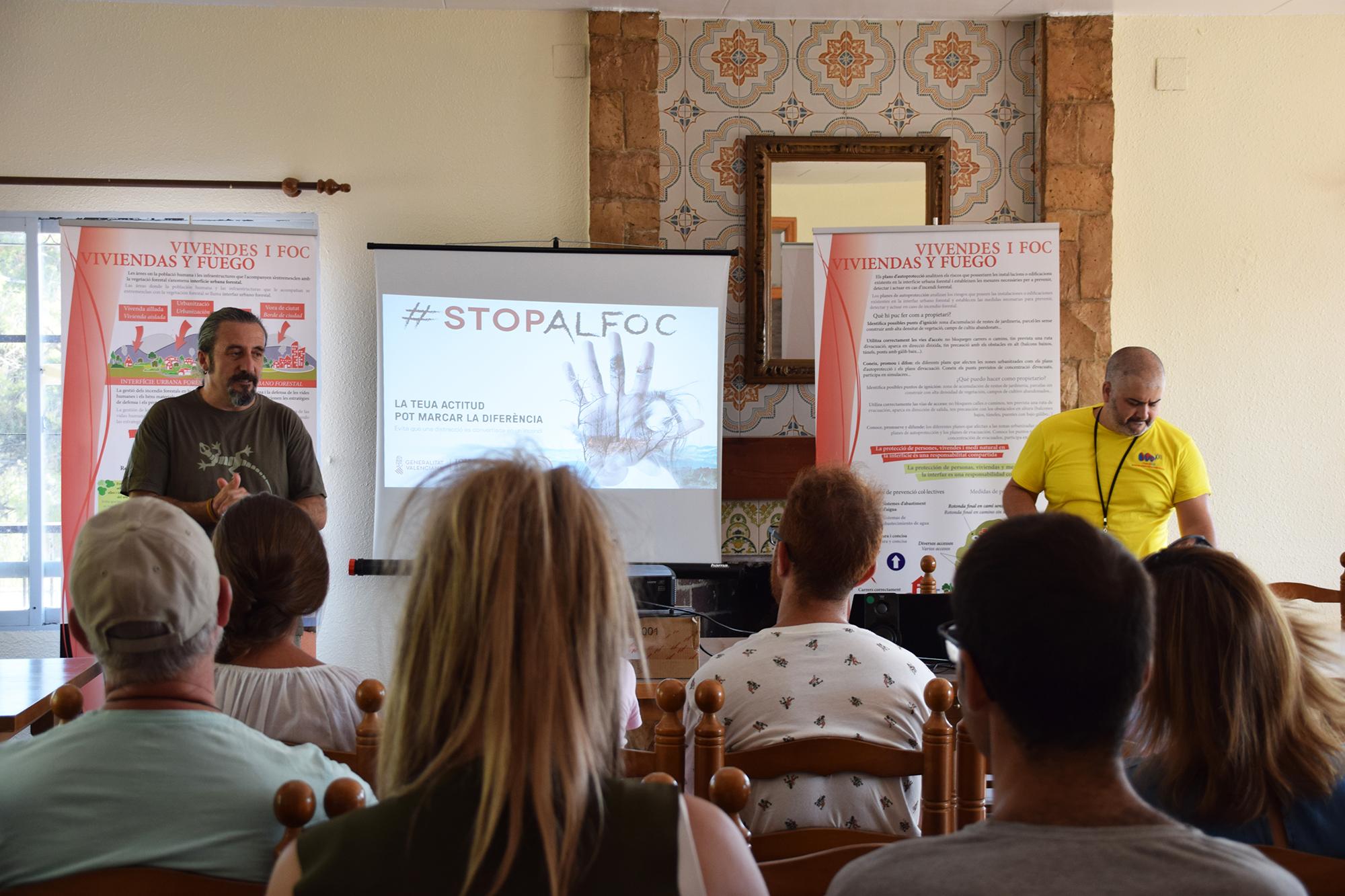 La charla tuvo lugar ayer en el Club Social de la urbanización Monte Horquera de Vilamarxant, con la asistencia de una treintena de personas.