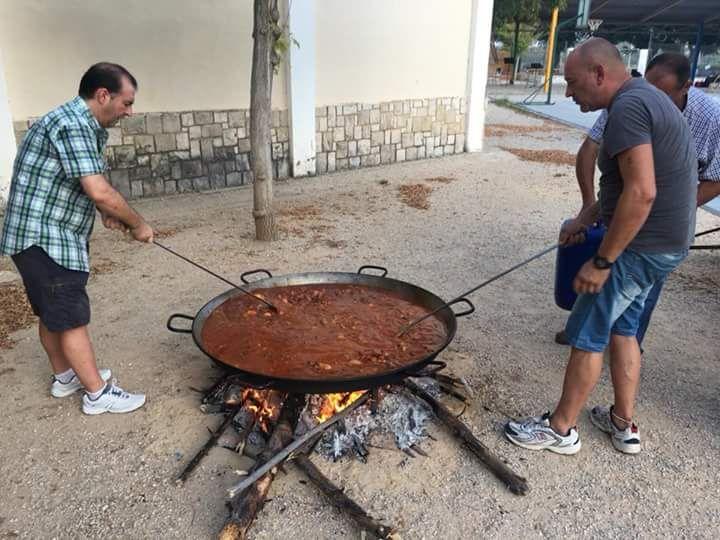 Pedro i Goltrán preparant el Gaspatxo.