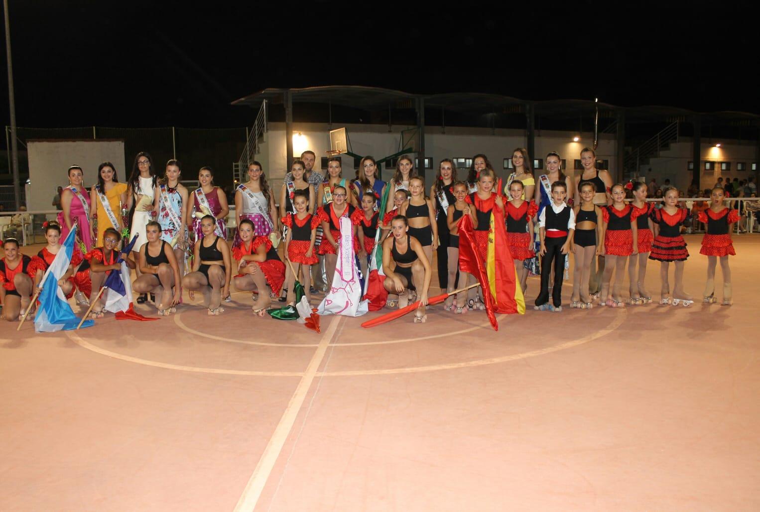Patinadores y patinadoras hicieron las delicias del público asistente con una muestra de sus ejercicios con los cuales se hizo una recreación de la cultura de diferentes países de todo el mundo.