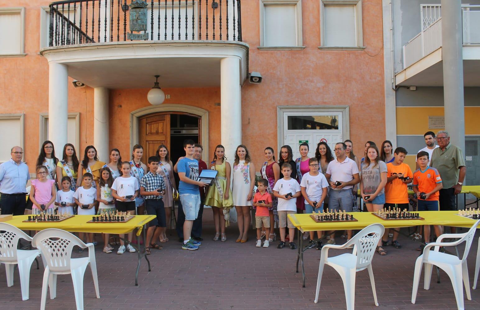 Después de la exhibición, el turisano recibió un reconocimiento del ayuntamiento de mano de la regidora de Cultura, Isabel Guaita, y del regidor de Fiestas, Ismael Corell, que también asistieron para ver el acontecimiento.