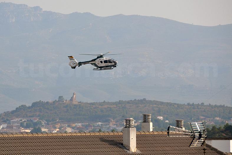 El helicóptero de la Guardia Civil sobrevuela la localidad de Buñol este martes por la tarde.