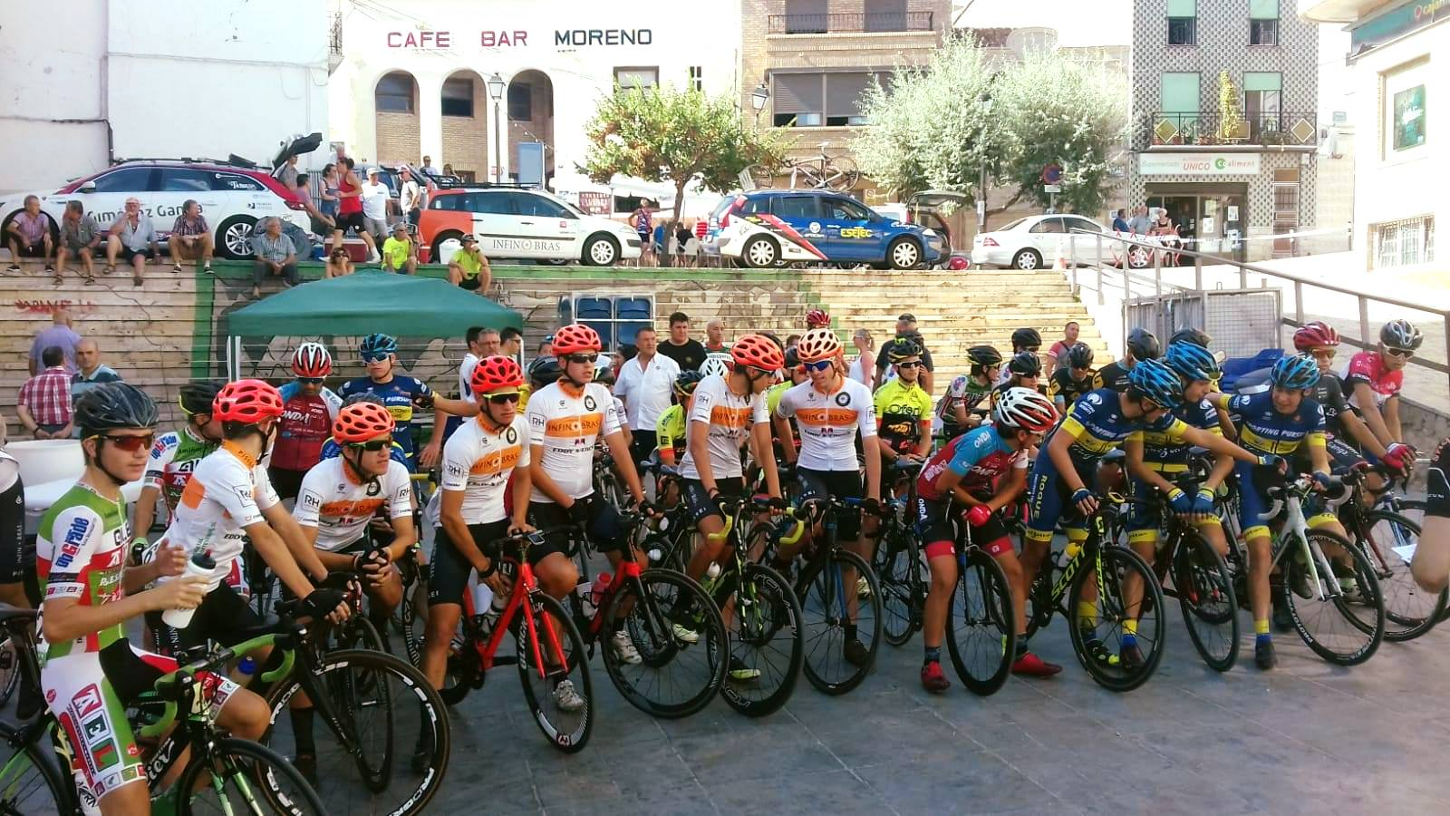 Participantes en la carrera ciclista de Yátova.