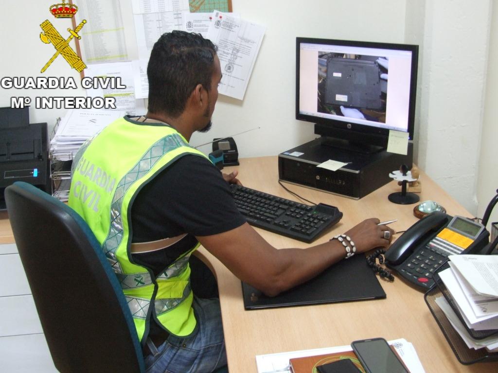S'ha practicat un registre a l'habitatge del detingut a Alzira on se li han intervingut 2 ordinadors portàtils i 2 telèfons mòbils.