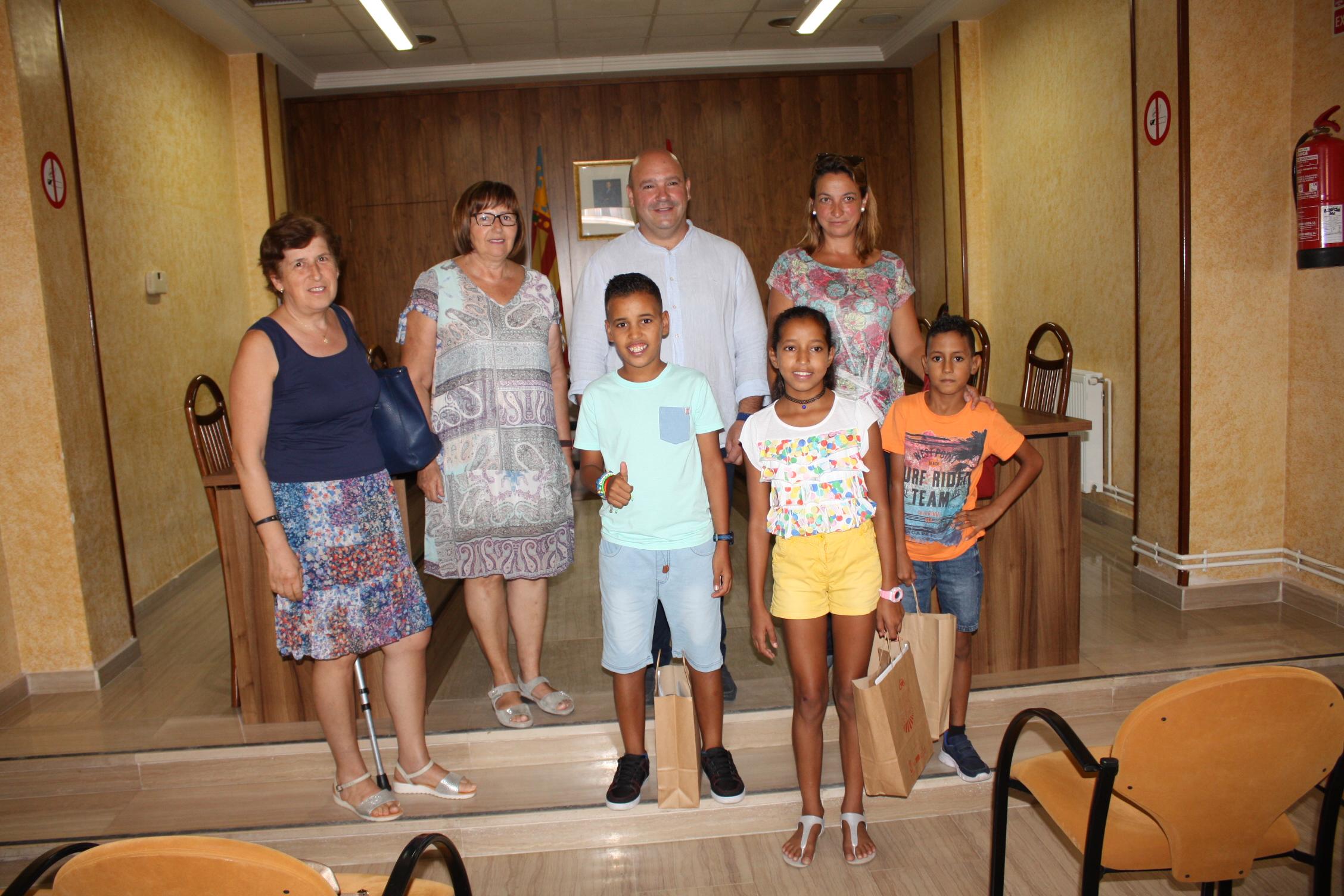 Turís se despide de Sidahmed, Zahara y Mohammed, los tres niños saharauis que han pasado la mayor parte del verano en la localidad.