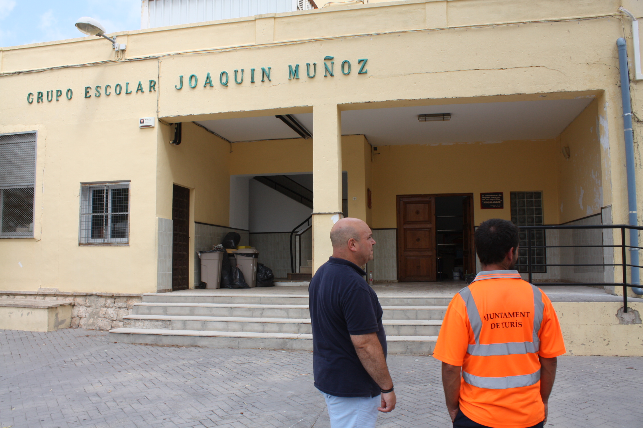 Després de quasi un mes i mig d'obres i restauració, el col·legi Joaquin Muñoz de Turís es troba quasi a punt per encetar el curs 2018-2019 amb unes millors condicions de les seues infraestructures degut al pla de millora d'escoles.