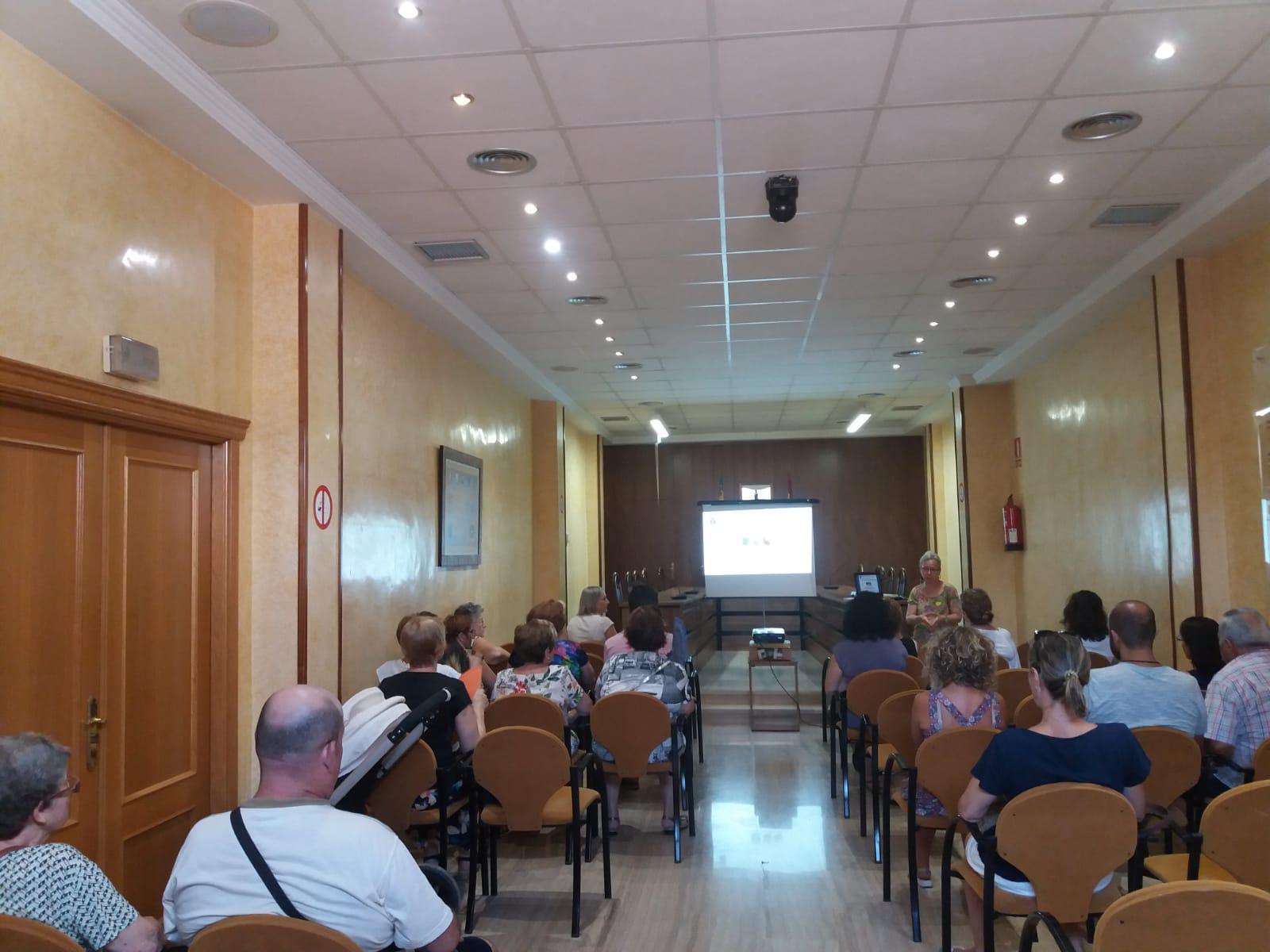 Turís ha presentado en el salón de plenos el programa de sensibilización con la enfermedad de Alzheimer.