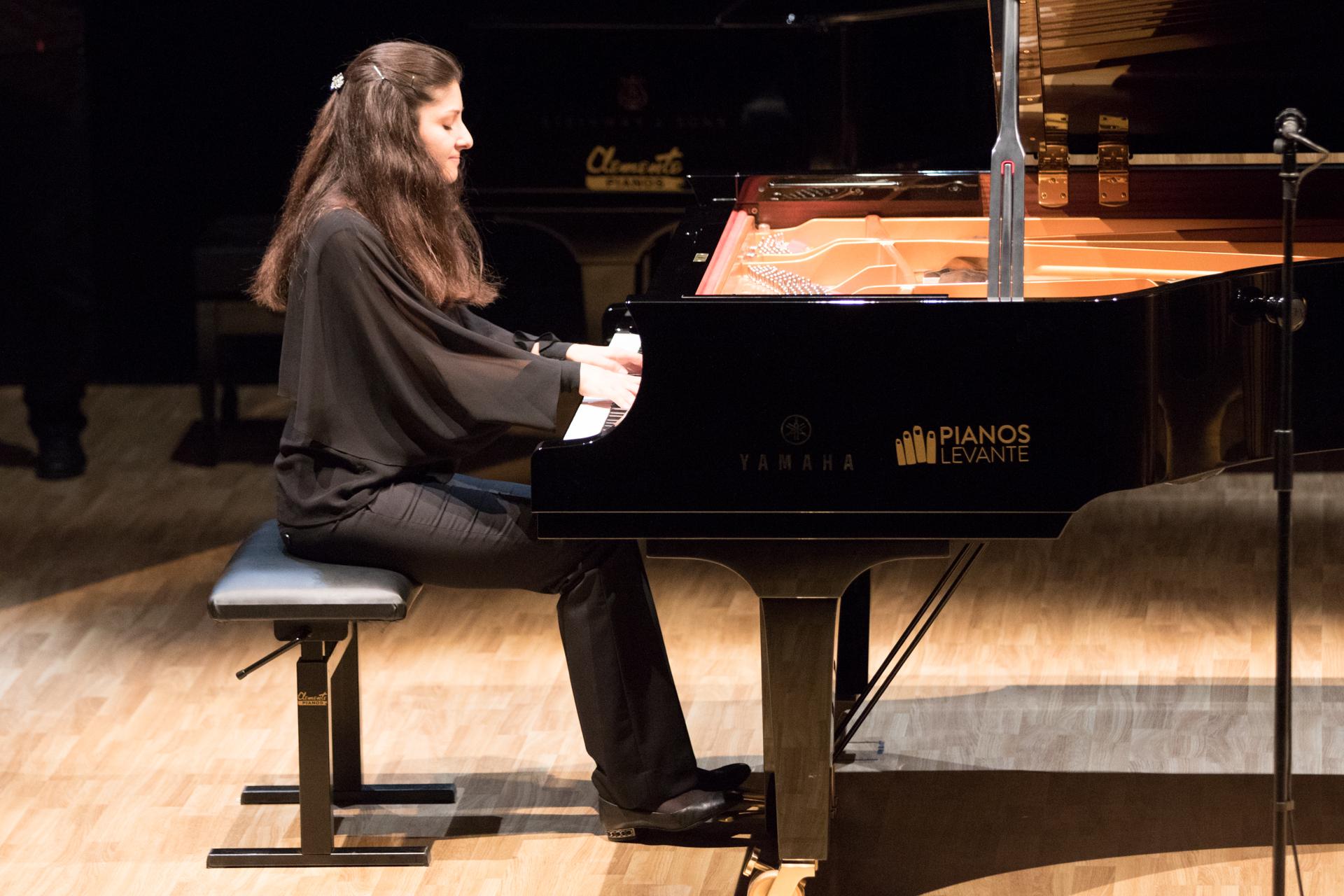 """Fatima Dzusova, guanyadora del concurs internacional de Piano """"Premi Iturbi"""" en 2017, presenta, el dimecres 26 de setembre al Teatre Giner de Carlet, el seu disc gravat al Palau de les Arts de València."""
