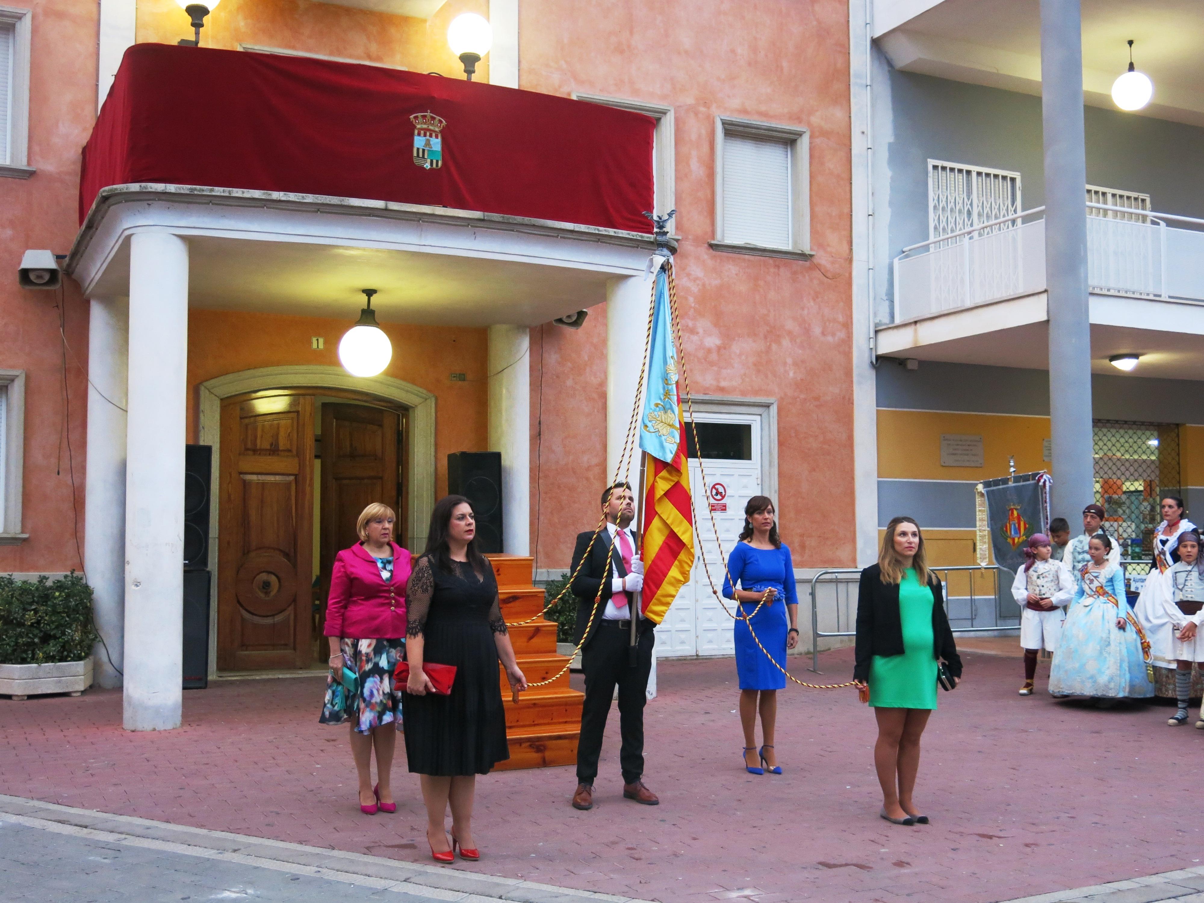 La procesión cívica para rendir homenaje a la Real Senyera se ha convertido en el acto central del 9 de Octubre en Turís.